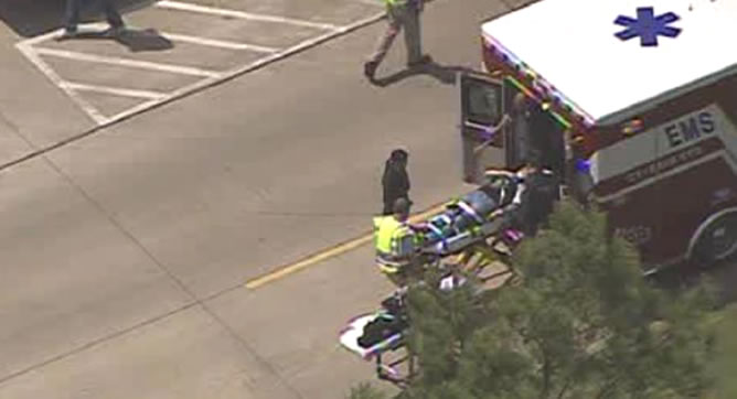 Uno de los heridos del apuñalamiento es trasladado en ambulancia.