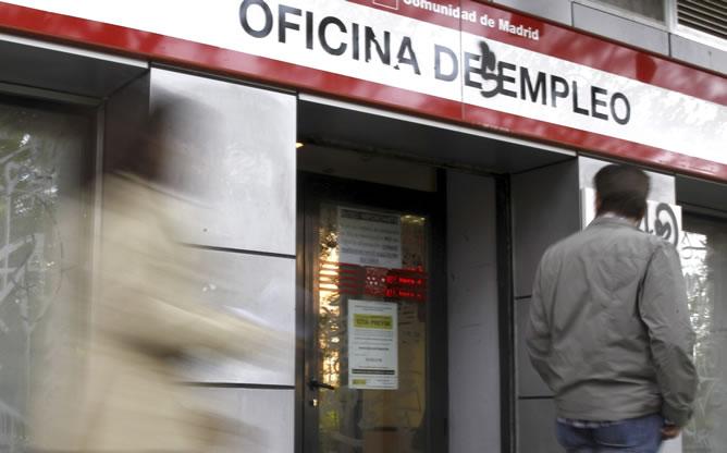 Un hombre pasa ante una oficina de empleo de Madrid