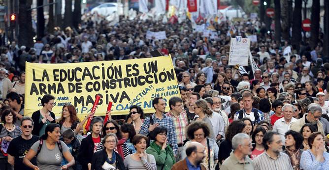 """Manifestación en Valencia contra la reforma educativa de Wert. """"La educación es un arma de construcción masiva""""."""