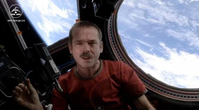 Chris Hadfield se despide del espacio con una versión de David Bowie