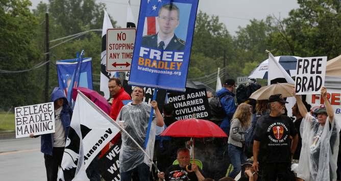 Algunos manifestantes delante del fuerte de George G. Meade en Maryland, EEUU, en defensa del soldado Manning