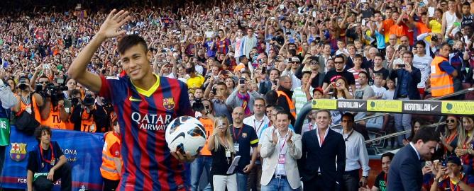 El jugador brasileño, durante el acto de presentación como nuevo jugador del Barcelona que tuvo lugar en el Camp Nou.