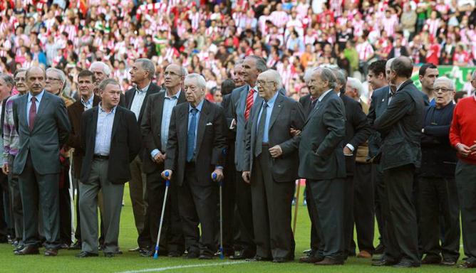 Exjugadores y entrenadores del Athletic Club, durante los prolegómenos del encuentro que sirvió como despedida del Estadio de San Mamés. Algunos de ellos, como Gerrero, Andrinua, Dani e Iribar se vistieron de corto.