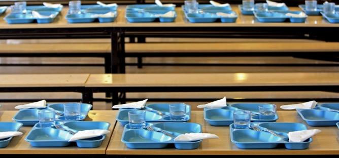 Muchos colegios se han visto obligados a cerrar sus comedores, y los que los mantienen, ven como sus mesas se quedan cada vez más vacías por la dificultad de las familias de asumir el pago de las cuotas.