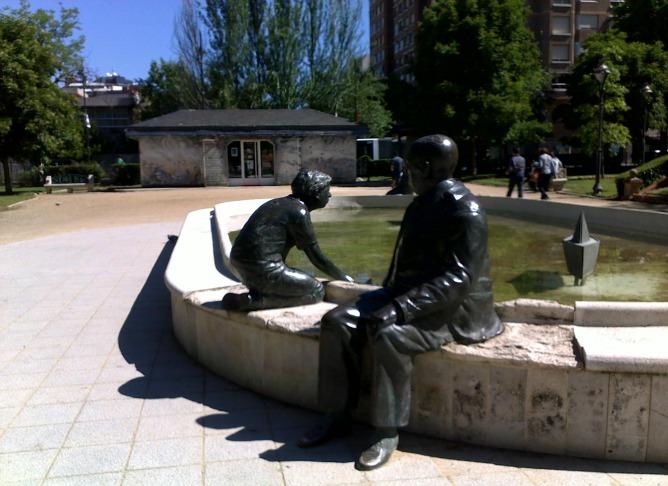 Imagen de la fuente central de la plaza del Poniente que ya está desmontada