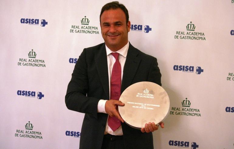 Ángel León posa con el Premio Nacional de Gastronomía que le distingue como Mejor Jefe de Cocina.