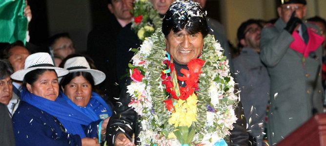 El presidente de Bolivia, Evo Morales, es recibido con flores a su llegada al aeropuerto de El Alto en La Paz (Bolivia).