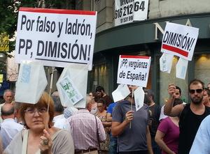 Unas cien personas se manifiestan en las puertas de la sede del PP contra la corrupción