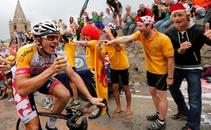 Adam Hansen ha protagonizado la imagen curiosa de la etapa 18 del Tour entre Gap y el Alpe d'Huez al ser fotografiado con una cerveza en su brazo derecho