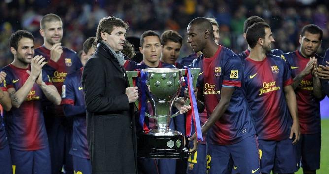 El entrenador del F.C.Barcelona, Tito Vilanova y el francés Eric Abidal, con el trofeo que acredita al FC Barcelona como campeón de la Liga 2012-2013.