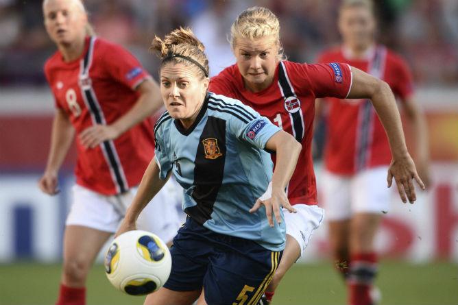 Ruth García pugna por un balón con una jugadora noruega