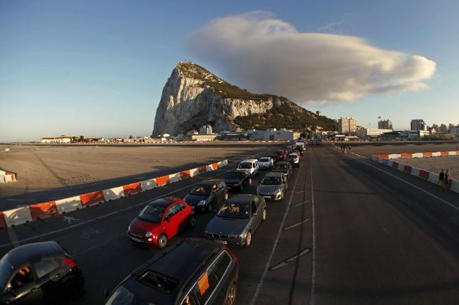 Fotografía de agosto sobre las largas colas de coches que esperaban en la verja de Gibraltar