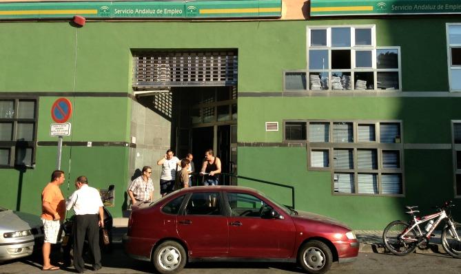 El desempleo baja en personas en el mes de agosto en for Oficina de desempleo malaga