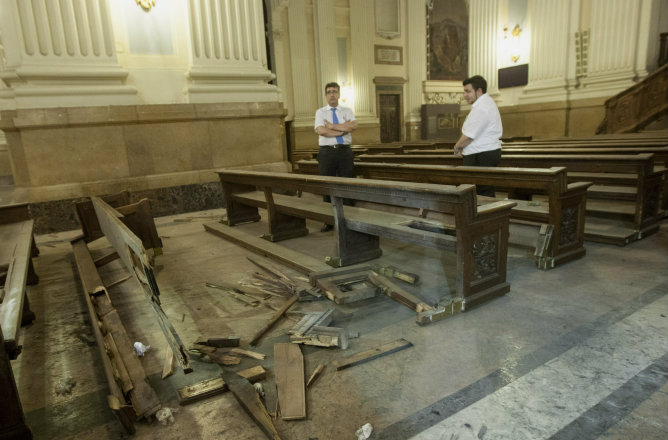 Desperfectos en la basílica del Pilar de Zaragoza donde este miércoles explotó un artefacto casero fabricado con una bombona de cámping gas