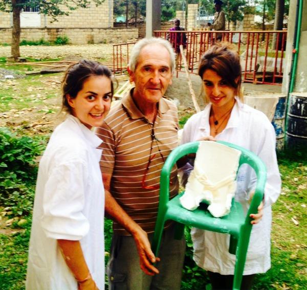 Ángel Olaran con Laura y Lucía y una irresistible para niños con parálisis cerebral