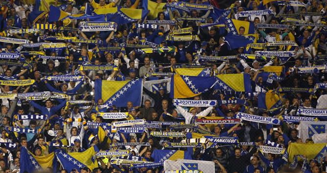 Los hinchas de Bosnia muestran sus bufandas tras el encuentro ante Liechtenstein para celebrar la primera clasificación de su país en un Mundial de fútbol, el que se disputará en Brasil en 2014.