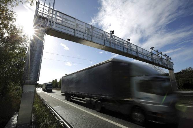 Un camión pasa bajo un control de ecotasa