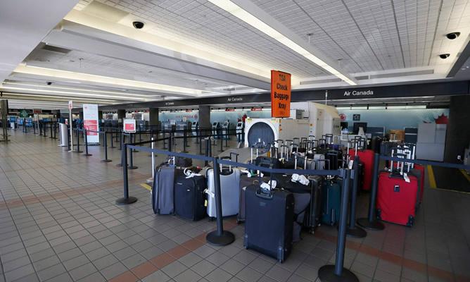 Equipaje abandonado en el aeropuerto internacional de Los Ángeles después de que la Policía desalojase el aeropuerto