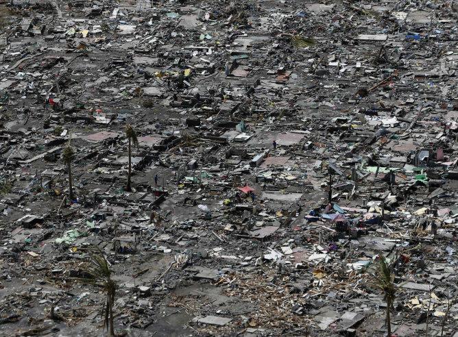 Una vista aérea de las ruinas de las casas después de la devastación del tifón en la ciudad de Tacloban