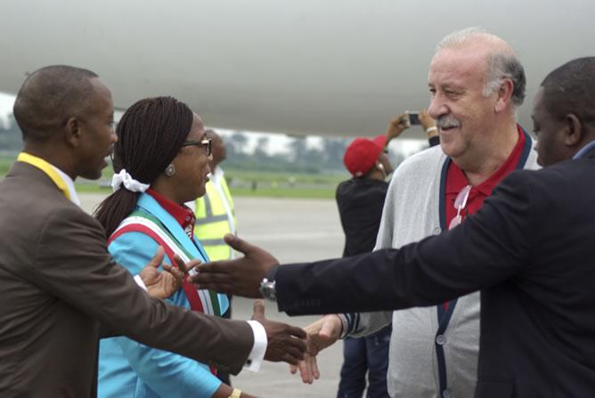 El seleccionador nacional, Vicente del Bosque, saluda a la alcaldesa de Malabo, María Coloma y al presidente de la Federación Guineana de Fútbol (FEGUIFUT), Domingo Mituy Edjang, a su llegada