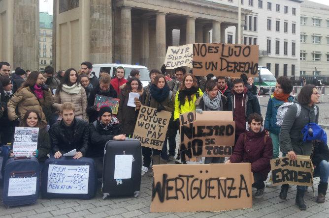Medio centenar de ERASMUS españoles protestan en Berlín contra los recortes a las becas