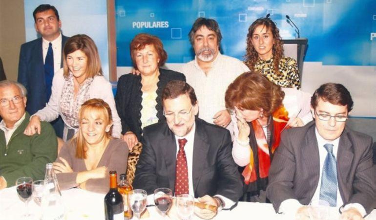 La concejal 'popular' detenida, arriba a la derecha, en una imagen con Mariano Rajoy.