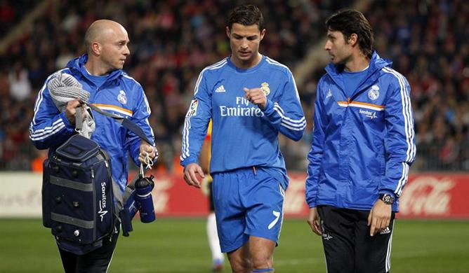 El delantero portugués del Real Madrid Cristiano Ronaldo, tras retirarse lesionado en su partido ante el Almería correspondiente a la decimocuarta jornada de Liga de Primera División.