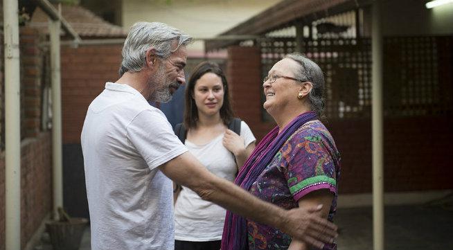 Aida Folch con Anne Ferrer (viuda de Vicente Ferrer) e Imanol Arias en India durante el rodaje de la tv-movie 'Vicente Ferrer'