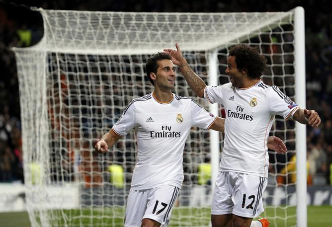Marcelo felicita a Arbeloa por su tanto ante el Galatasaray en la fase de grupos de la Champions.