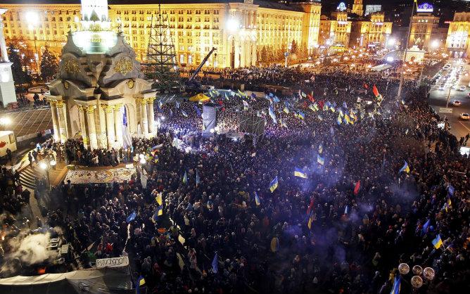 Vista general de la Plaza de la Independencia en Kiev durante la protesta que tuvo lugar en la noche del viernes al sábado