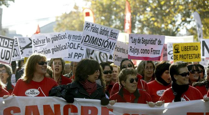 Algunos de los participantes en la marcha en en protesta por los ajustes y en defensa de lo público