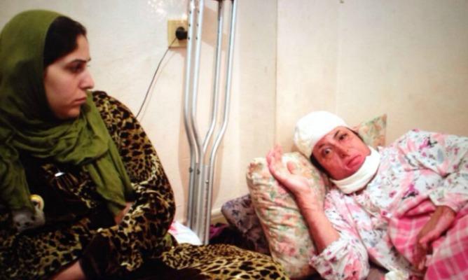 Manar, en la cama, acompañada por su hermana