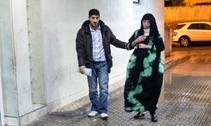 Manar acompañada por un familiar a la entrada de un hospital de Melilla