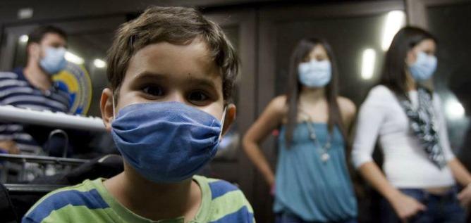Varias personas con mascarilla en una sala de hospital