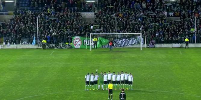 Los jugadores del Racing se plantan al inicio del partido ante la Real Sociedad