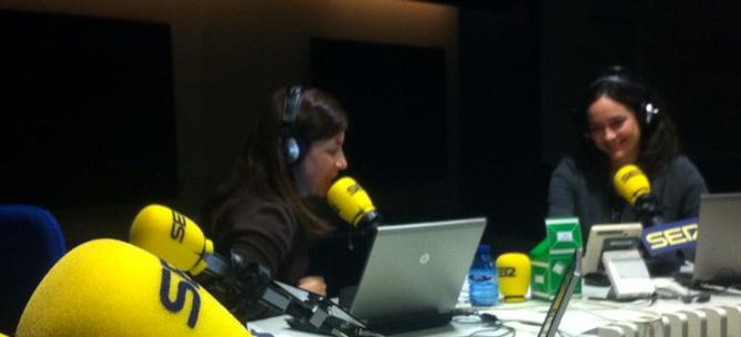 Xisela López (derecha), en los estudios de la Cadena SER junto a Marta González Novo (izquierda)