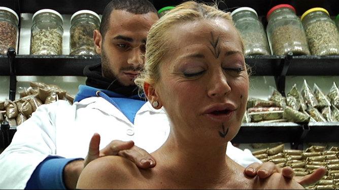 Belén Esteban se deja masajear en Marrakech para su programa 'Los ojos de Belén'