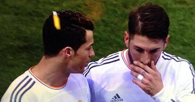 El portugués iba charlando con Ramos cuando el mechero ha impactado en su cabeza