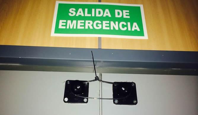 Los vecinos de Alcázar de San Juan denuncian que el Ayuntamiento ha bloqueado las puertas de emergencia atándolas con bridas