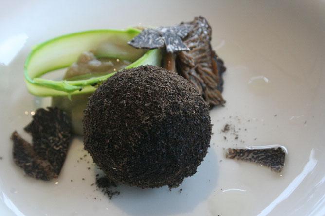 El chef Pepe Solla, uno de los más reconocidos de Galicia, ofrece una falsa trufa acompañada de trufa verdadera en su restaurante de Poio (Pontevedra)