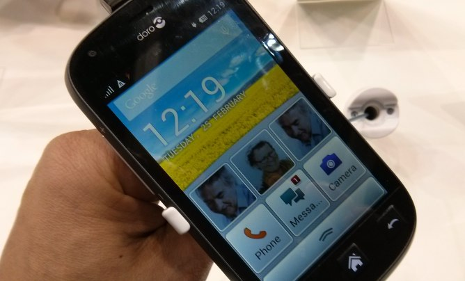 Una imagen del smartphone de la compañía sueca Doro, dirigido a la tercera edad, que se ha presentado en el MWC