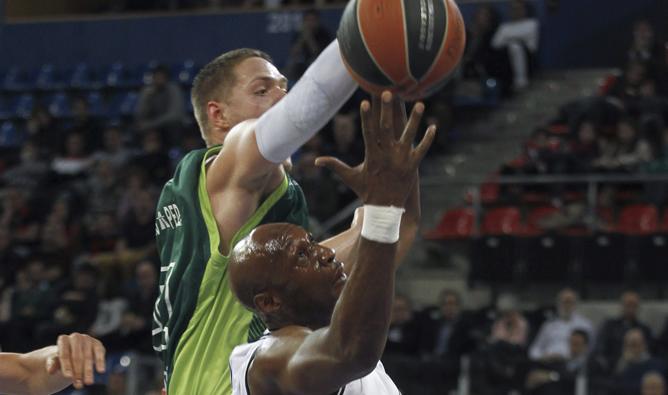 Lamad Odom lucha por un rebote con Vladimir Stimac.
