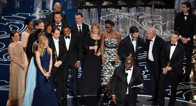 El equipo de '12 años de esclavitud' recoge el Oscar a Mejor Película