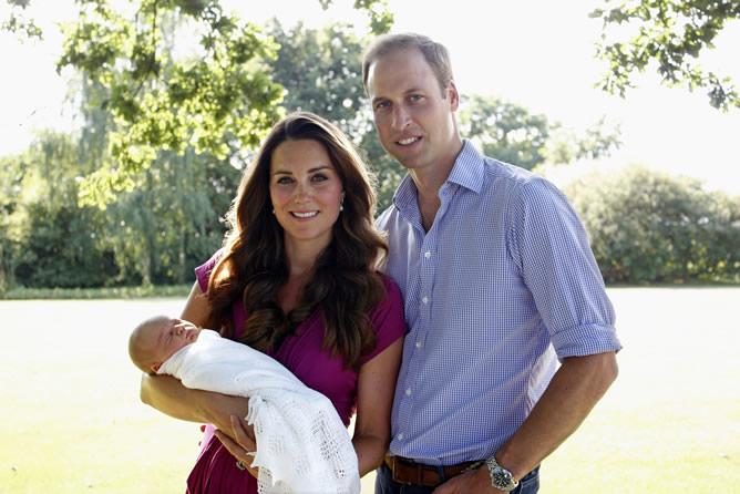 Los duques de Cambridge, Guillermo y Catalina, posan con su hijo el príncipe Jorge, futuro rey de Inglaterra