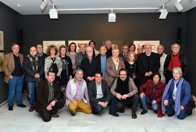 El vicepresidente de Fundación Bancaja, Vicente Montesinos, junto a los comisarios de la muestra, Martí Domínguez y Jesús Císcar, y algunos de los artistas que han participado en la exposición