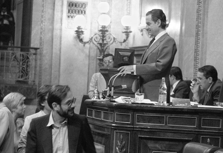 El diputado Javier Solana tras depositar su voto en la urna ante el presidente del Congreso de los Diputados (Landelino Lavilla), durante el pleno en el que se aprobó el Proyecto de Ley del Divorcio.