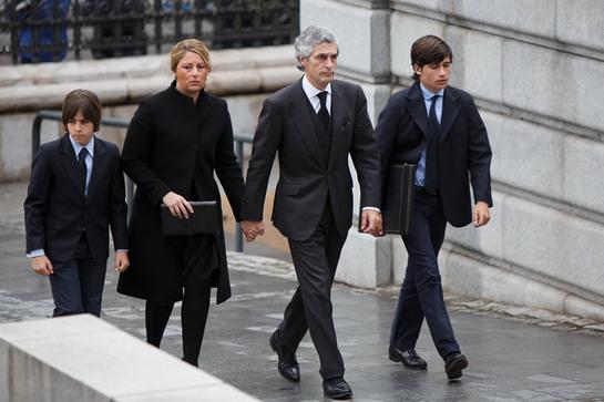 FOTOGALERIA: Adolfo Suárez Illana, con su esposa y sus hijos llegan a la funeral de Estado para el expresidente del Gobierno español Adolfo Suárez en la Catedral de la Almudena
