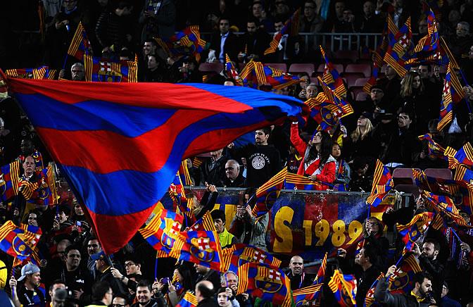 Aficionados azulgranas ondean sus banderas en el Camp Nou