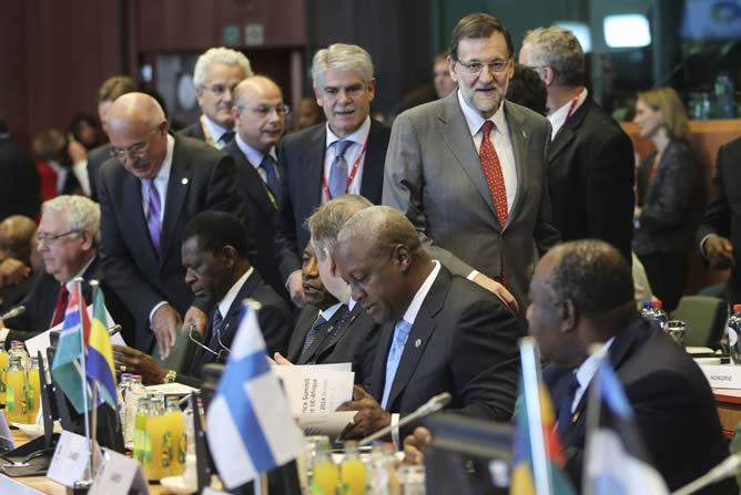 El presidente del Gobierno español, Mariano Rajoy, pasa al lado del presidente guineano, Teodoro obiang, en la cumbre bilateral entre la Unión Europea y África