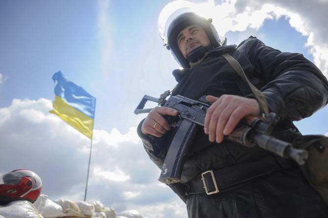 Un policía ucraniano vigila desde su puesto en la ciudad de Barvenkovo, en el área de Kharkiv